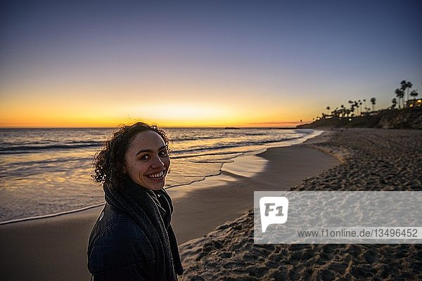 Junge Frau am Strand bei Sonnenuntergang  Laguna Beach  Orange County  Kalifornien  USA  Nordamerika
