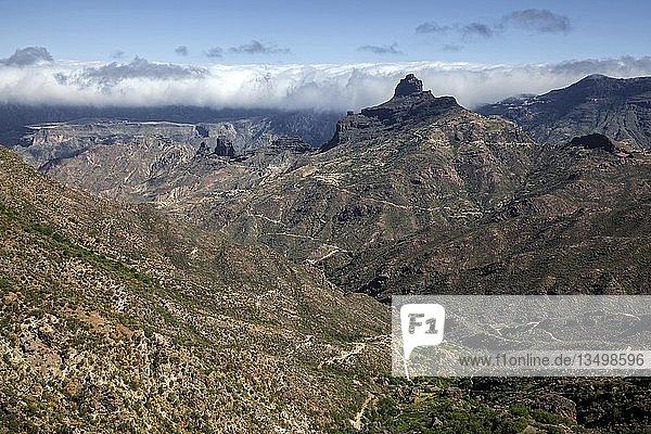 Ausblick von der Straße GC60 in den Barranco del Chorrillo bei Tejeda  hinten Kultfelsen Roque Bentayga  Gran Canaria  Kanarische Inseln  Spanien  Europa