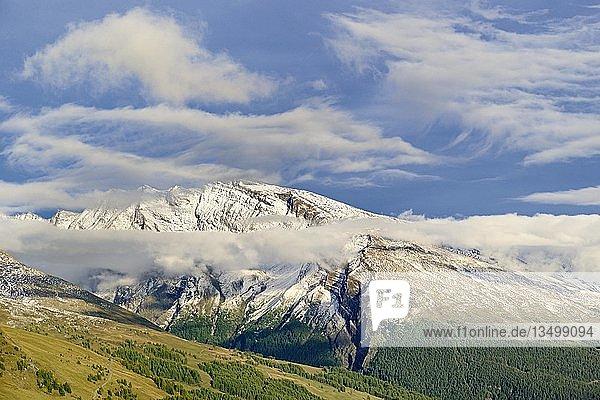 Ausblick von der Großglockner-Hochalpenstraße zu verschneiten Bergen mit tief ziehenden Wolken  Nationalpark Hohe Tauern  Kärnten  Österreich  Europa
