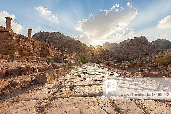 Alte Römerstraße neben Ruinen von Petra  Nabatäerstadt Petra  bei Wadi Musa  Jordanien  Asien