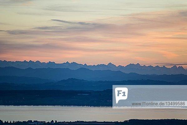 Aussicht vom Gehrenberg auf Bodensee und Schweizer Alpen  Sonnenuntergang  Markdorf  Bodensee  Baden-Württemberg  Deutschland  Europa
