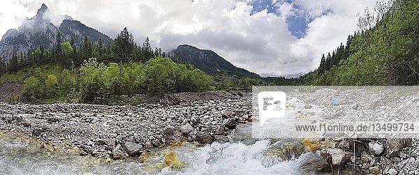 Berg Panorama vom reißenden Johannesfluss im Johannestal im Karwendel  Tirol  Österreich  Europa