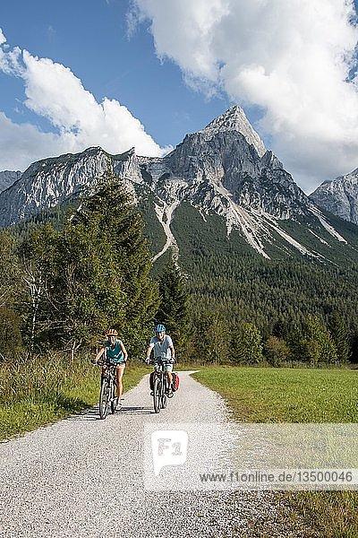 Fahrradfahrer mit Mountainbikes  auf dem Radweg Via Claudia Augusta  Alpenüberquerung  hinten Sonnenspitze  Berglandschaft  bei Ehrwald  Tiroler Alpen  Tirol  Österreich  Europa