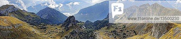 Panorama vom Gipfel Hochiss im Rofangebirge mit Dalfazer Wände  Adlerhorst und Inntal  Rofangebirge  Achensee  Tirol  Österreich  Europa