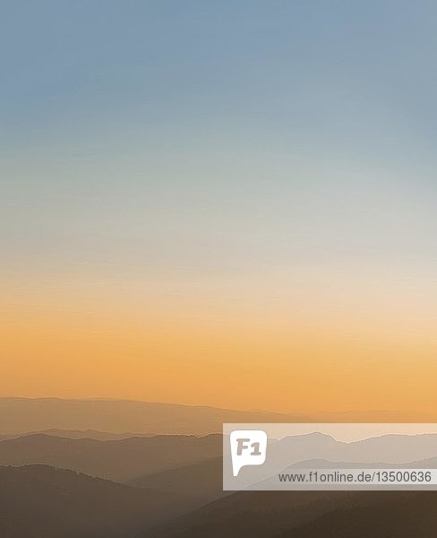 Sonnenuntergang in den Bergen  Bergsilhouetten  Karpaten  Sacharpatien  Ukraine  Europa