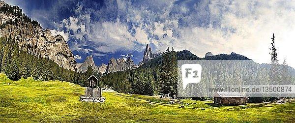 Idyllisches Panorama des Tschamintales mit Wegkreuz und Almhütte  San Cyprian  Tiers  Südtirol  Italien  Europa