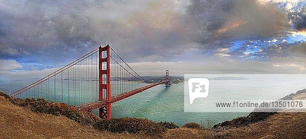 Golden Gate Bridge bei Sonnenuntergang mit Gewitterwolken  San Francisco  Kalifornien  USA  Nordamerika
