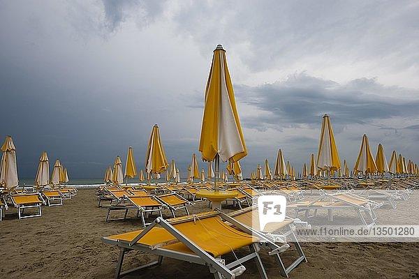 Verlassene Liegen am Strand  Adria  Union Lido  Cavallino Treporti  Veneto  Italien  Europa