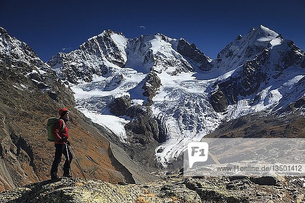 Frau  Bergsteigerin  vor großer Bergkulisse  Piz Bernina  Piz Scerscen  Piz Roseg  Berningruppe  Engadin  Kanton Graubünden  Schweiz  Europa