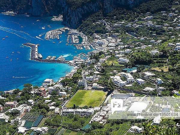 Ausblick auf den Ort mit Marina Grande  hafen mit Booten  Capri  Golf von Neapel  Kampanien  Italien  Europa