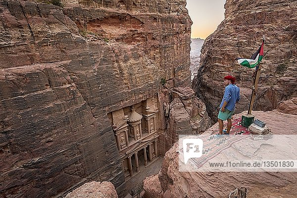 Mann  Tourist blickt von oben in die Schlucht Siq  in Fels geschlagenes Schatzhaus des Pharaos  Fassade des Schatzhauses Al-Khazneh  Khazne Faraun  Mausoleum in der Nabatäerstadt Petra  bei Wadi Musa  Jordanien  Asien