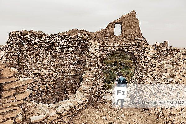Touristin erkundet eine Verfallene Stadt  Ruinen  Ksar Meski  Errachidia  Marokko  Afrika