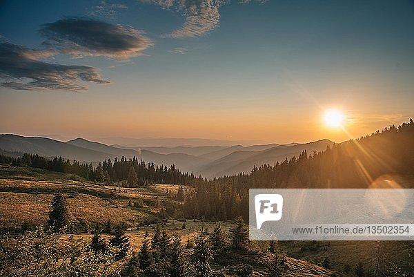 Sonnenaufgang in den Bergen  Karpaten  Oblast Zakarpattia  Ukraine  Europa