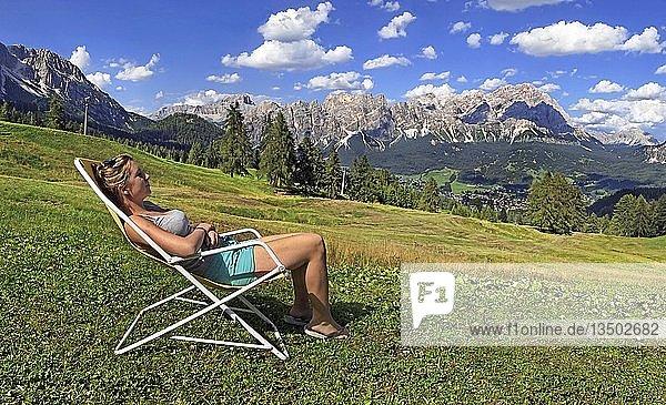 Mädchen im Liegestuhl am Pocol bei Cortina d'Ampezzo  Dolomiten  Italien  Europa