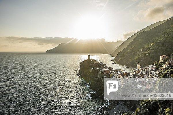 Ortsansicht Dorf mit bunten Häusern an der Küste bei Sonnenuntergang  Vernazza  UNESCO Weltkulturerbe  Cinque Terre  Riviera di Levante  Provinz La Spezia  Ligurien  Italien  Europa