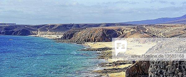 Felsküste und Sandstrände der Playa del Pozo und Playa Mujeres  Punta Papagayo  Playa Blanca  Lanzarote  Kanarische Inseln  Spanien  Europa