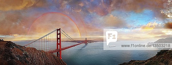 Panorama der Golden Gate Bridge mit Regenbogen bei Sonnenuntergang und orange leuchtenden Gewitterwolken  San Francisco  Kalifornien  USA  Nordamerika