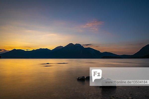 Walchensee mit Steinen im Vordergrund und Walchenseebergen im Hintergrund bei Sonnenuntergang  Wallgau  Bayern  Deutschland  Europa