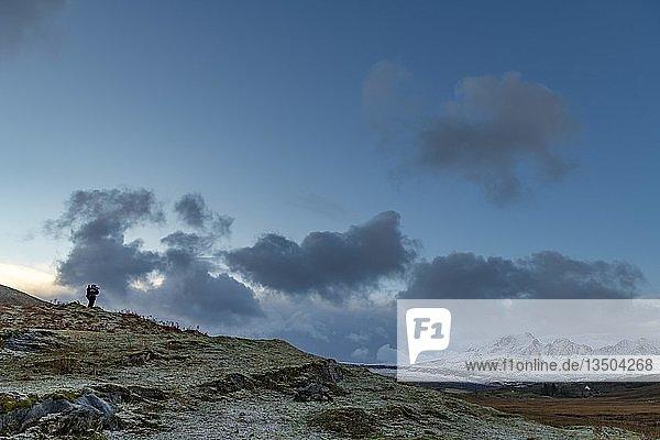 Fotograf in Highland Landschaft mit winterlichen Cullins Bergen  Broadford  Isle of Skye  Großbritannien  Europa