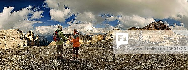 Mutter und Kind auf dem Sellamassiv blickend auf dem Piz Boe  Sellajoch  Südtirol  Italien  Europa