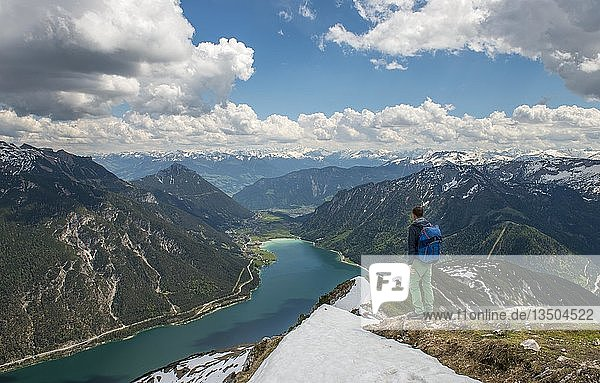 Wanderer auf Wanderweg  Überschreitung von der Seekarspitz zur Seebergspitz  Blick über den Achensee  Tirol  Österreich  Europa