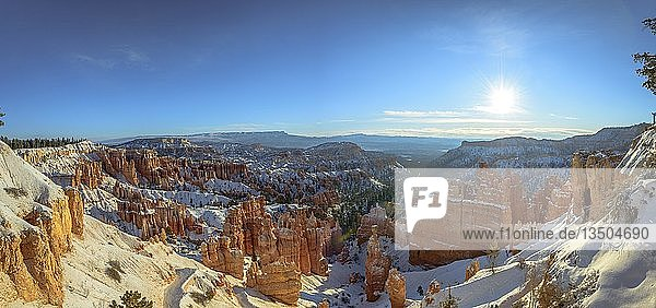 Morgenlicht  verschneite bizarre Felslandschaft mit Hoodoos im Winter  Navajo Loop Trail  Bryce Canyon Nationalpark  Utah  USA  Nordamerika