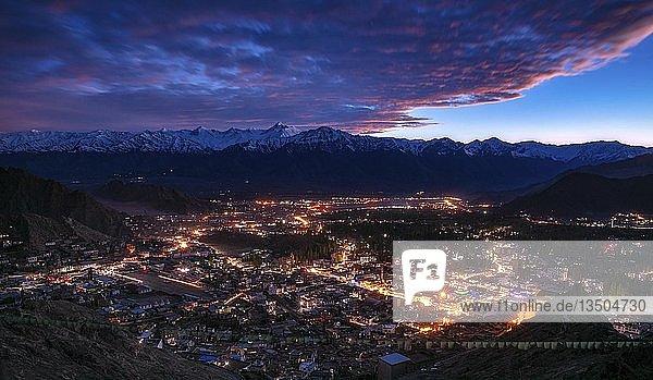 Leh bei Sonnenuntergang  Bezirk Leh  Ladakh  Indien  Asien