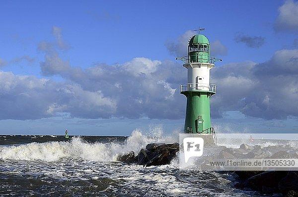 Grün-weißer Leuchtturm mit Brandung  Hafeneinfahrt Warnemünde  Mecklenburg-Vorpommern  Deutschland  Europa