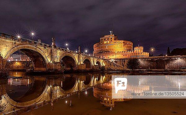 Beleuchtete Castel Sant'Angelo und Ponte Sant'Angelo Brücke bei Nacht  Rom  Latium  Italien  Europa