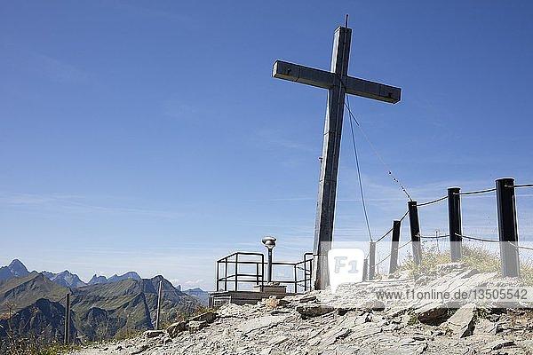 Gipfelkreuz am Gipfel  Walmendingerhorn 1990m  Kleinwalsertal  Allgäuer Alpen  Vorarlberg  Österreich  Europa