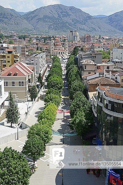 Fußgänger-Promenade  Ausblick vom Red Tower auf den Boulevard Shen Gjergji  hinten Auferstehungskathedrale  Stadtzentrum  Korca  Albanien  Europa