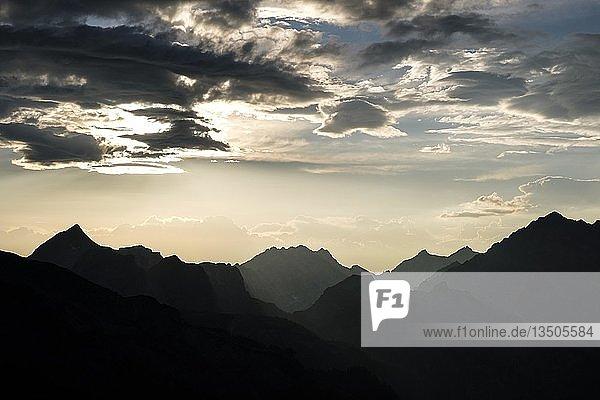 Sonnenuntergang über den Berchtesgadener Alpen  links Grosser Hundstod  mitte Hocheisspitze  rechts Watzmann  Nationalpark Berchtesgaden  Berchtesgadener Land  Bayern  Deutschland  Europa