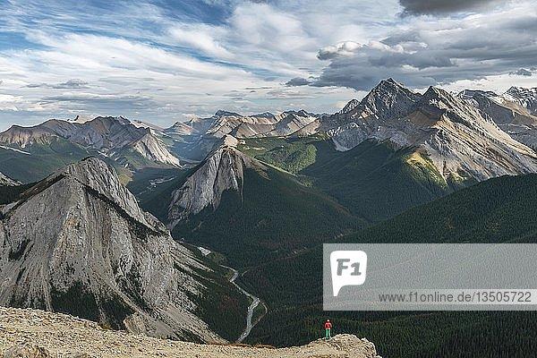 Wanderin am spektakulären Ausblick vom Gipfel des Gipfel des Sulphur Ridge  Sulphur Skyline Trail  Berglandschaft mit Flusstal und Gipfeln  Panoramablick  Nikassin Range  Jasper National Park  British Columbia  Kanada  Nordamerika
