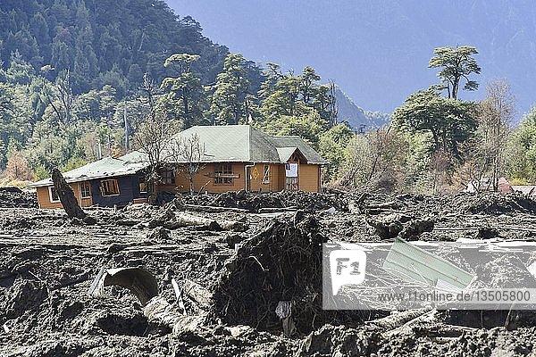 Zerstörte Häuser durch einen Erdrutsch in Villa Santa Lucía  bei Chaiten  Rio Burritos  Carretera Austral  Patagonien  Chile  Südamerika