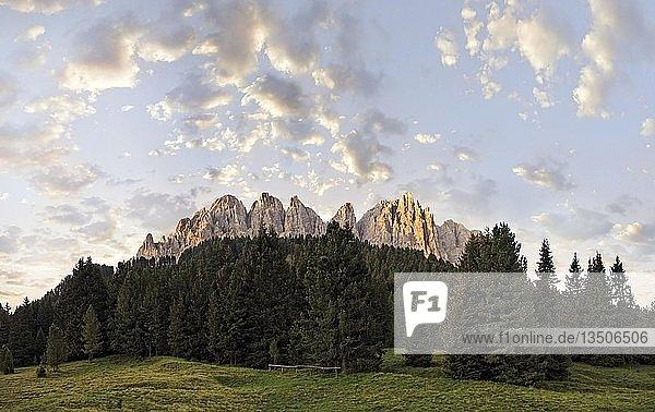 Sonnenaufgang am Aferer Geisler-Gebirge von Würzjoch aus gesehen  Villnösstal  Südtirol  Italien  Europa
