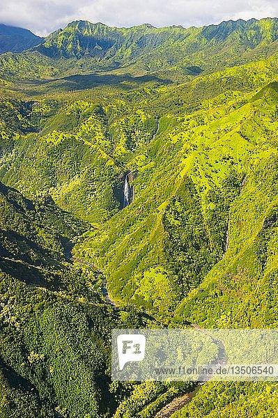 Luftaufnahme eines Wasserfalls im Landesinneren von Kauai  Hawaii  USA  Nordamerika