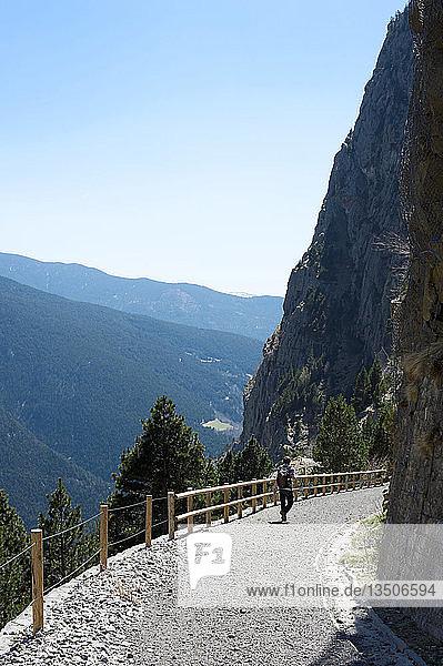 Ein junger Mann wandert im Vall de Núria auf der ehemaligen Bahnstrecke  Norden Kataloniens  Spanien  Europa