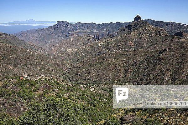 Ausblick von der Straße GC60 in den Barranco del Chorrillo bei Tejeda  hinten Insel Teneriffa mit Vulkan Teide  Berg Altavista und Kultfelsen Roque Bentayga  Gran Canaria  Kanarische Inseln  Spanien  Europa