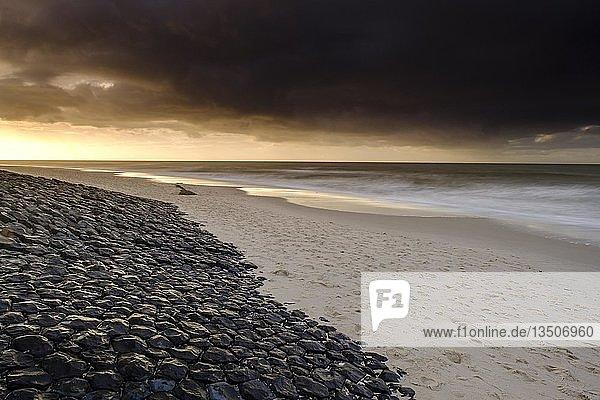 Mit Steinen befestigter Strandabschnitt  Küstenschutz  Weststrand  Sylt  Nordfriesland  Schleswig-Holstein  Deutschland  Europa