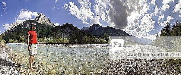 Mädchen stehend kalten Rissbach blickend zur bizarren Bergwelt des Engtales  Karwendel  Tirol  Österreich  Europa