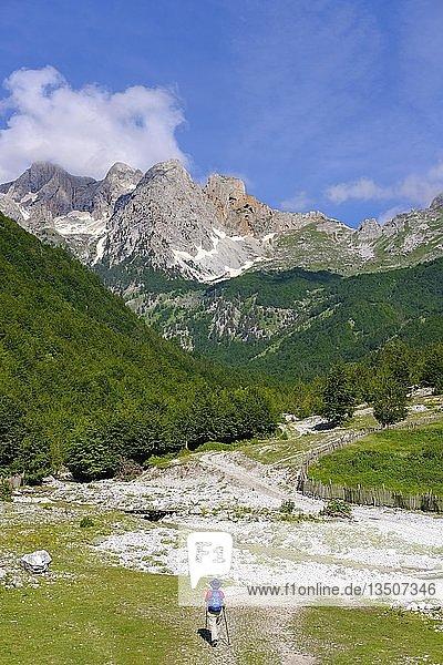 Wanderin im Kukaj-Tal  Valbona-Nationalpark  Albanische Alpen  Prokletije  Qark Kukes  Albanien  Europa