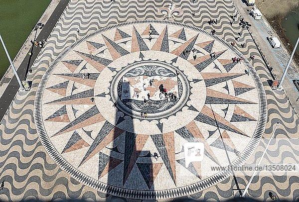 Rose Compass  Windrose  großer Kompass mit Weltkarte im Pflaster vor dem Padráo dos Descobrimentos  Denkmal der Entdeckungen  Belem  Lissabon  Portugal  Europa
