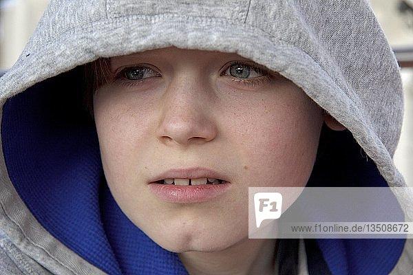 Portrait  Junge mit Kapuze
