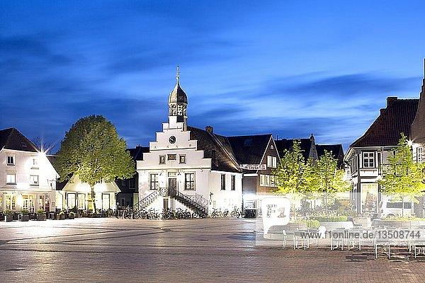 Historisches Lingener Rathaus am Markt  Lingen  Emsland  Niedersachsen  Deutschland  Europa