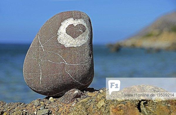 Stein mit Herzform  Agia Galini  Kreta  Griechenland  Europa