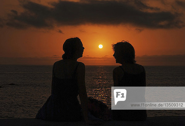 Mädchen und Frau  Silhouetten im Sonnenuntergang am Strand von Playa de Valle Gran Rey  La Gomera  Kanarische Insel  Spanien  Europa