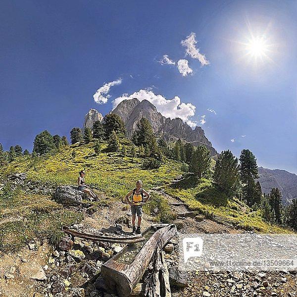 Kleine Quelle am Peitlerkofel mit Wanderer beim Würzjoch  Villnöss  Dolomiten  Südtirol  Italien  Europa