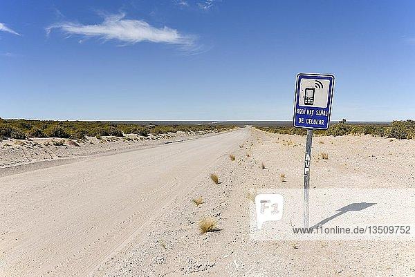 Hinweisschild auf eine Stelle mit Handyempfang neben endloser Schotterpiste  Wüste der Halbinsel Valdes  Patagonien  Ostküste  Atlantischer Ozean  Argentinien  Südamerika