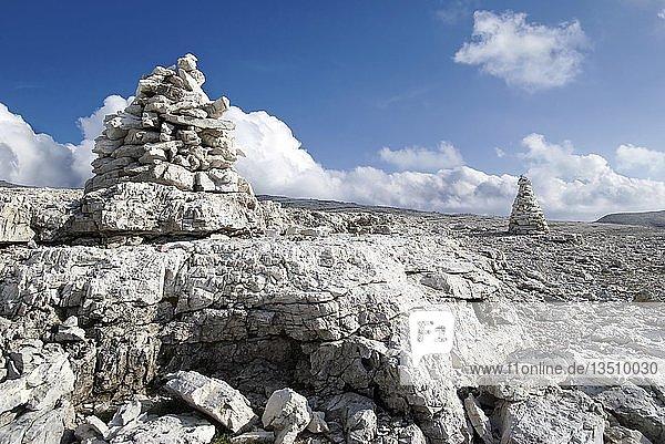Steinmarkierungen  Steinmännchen  auf dem Sellamassiv  Sellajoch  Südtirol  Italien  Europa