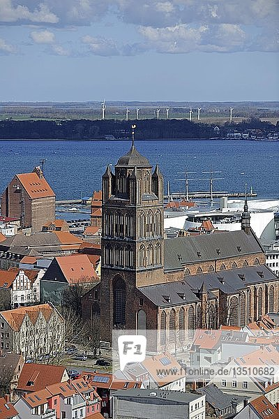 Blick von der Marienkirche über die Altstadt mit Kirche St. Jakobi  Hafen und Strelasund  Stralsund  Unesco Weltkulturerbe  Mecklenburg-Vorpommern  Deutschland  Europa  ÖffentlicherGrund  Europa